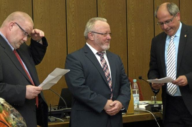 Die frisch gewählten stellvertretenden Bürgermeister Dirk Middendorf (r.) und Andreas Späinghaus verabschiedeten Bürgermeister Siegfried Griebsch.